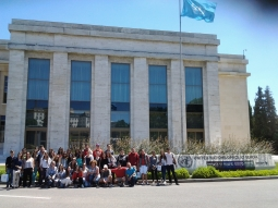 Έξω απο το κτήριο των Ηνωμένων Εθνών
